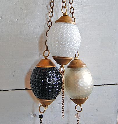 Kermaanvärinen koristepallo