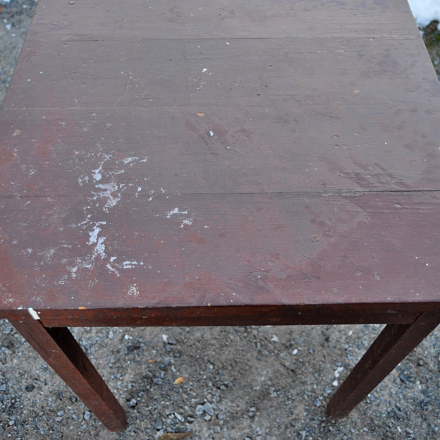 Pieni vanha pöytä  Lundagård  sisustus perinnerakentaminen vintage  nettik