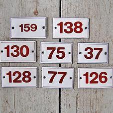 Röd emaljskylt nummer 138