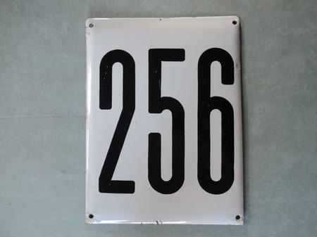 Stor gammal emaljskylt nummer 256