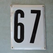 Stor gammal emaljskylt nummer 67