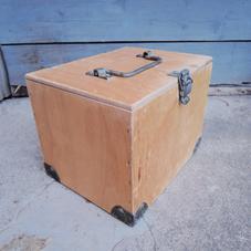 Vanha puinen laatikko lasiputkineen