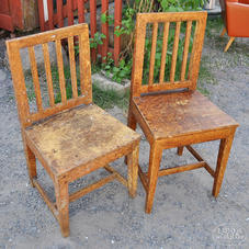 Vanhat ruskeat tuolit