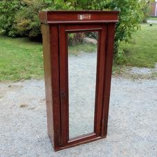 Vanha peilikaappi
