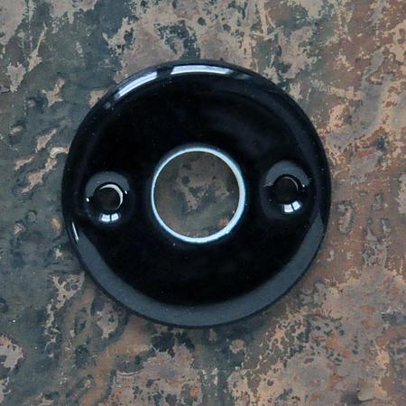 Musta posliininen ovenpainikekilpi