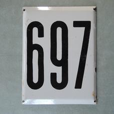 Stor gammal emaljskylt nummer 697