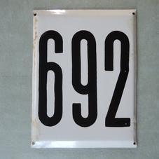 Stor gammal emaljskylt nummer 692