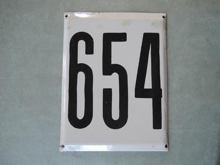 Stor gammal emaljskylt nummer 654