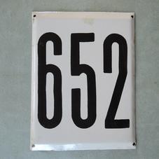 Stor gammal emaljskylt nummer 652