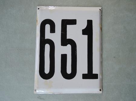 Stor gammal emaljskylt nummer 651