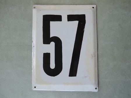 Stor gammal emaljskylt nummer 57