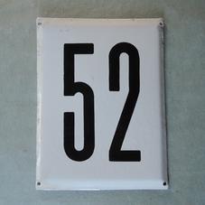 Stor gammal emaljskylt nummer 52