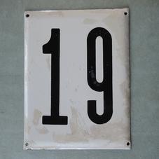 Stor gammal emaljskylt nummer 19