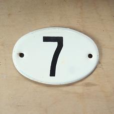 Pieni vanha emalikyltti numero 7