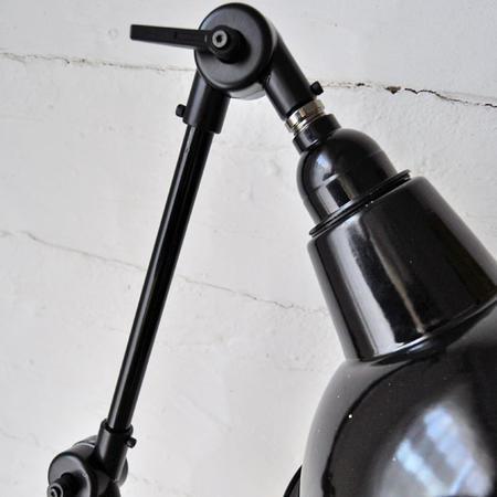 Vägglampa med ställbar arm, 2:a klass