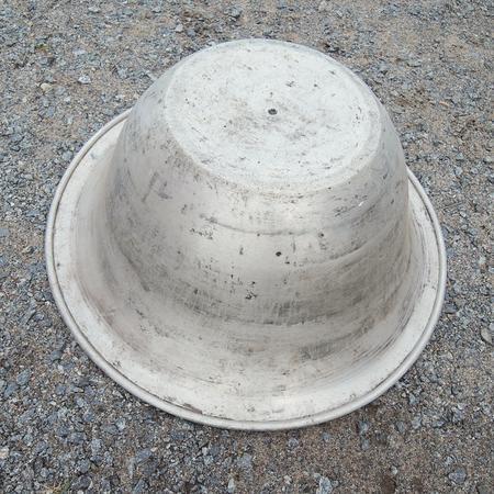 Stort gammalt aluminiumfat