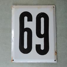 Stor gammal emaljskylt nummer 69