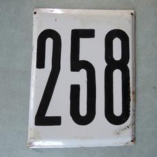 Stor gammal emaljskylt nummer 258