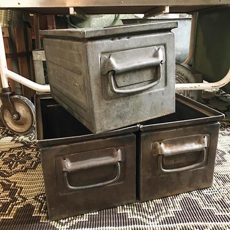 Vanha metallinen laatikko 2