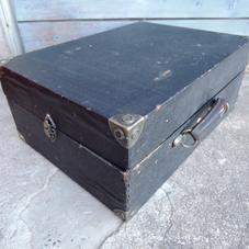 Gammal skivspelare med svart box