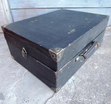 Vanha levysoitin laatikolla