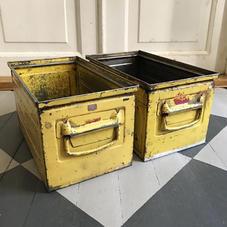 Gammal gul metallbox